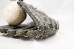 Guante y bola del beísbol con pelota blanda Fotos de archivo
