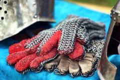 Guanteletes medievales del caballero Foto de archivo