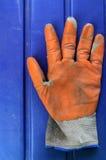 Guantes anaranjados usados del jardín Fotos de archivo