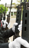 Guantes blancos que llevan de la policía Imágenes de archivo libres de regalías