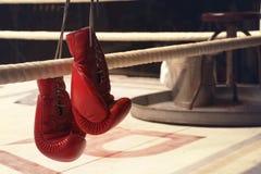 Guantes de boxeo colgantes en una cuerda en horizontal foto de archivo