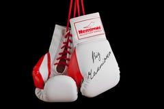 Guantes de boxeo dados una dedicatoria por Klitschko Imágenes de archivo libres de regalías