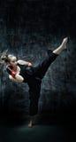 Guantes de boxeo de la mujer del boxeador del retroceso que desgastan Fotografía de archivo libre de regalías