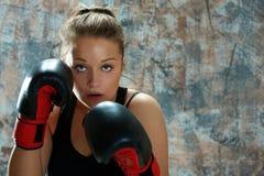Guantes de boxeo de la mujer del combatiente que desgastan Imagen de archivo libre de regalías
