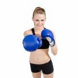 Guantes de boxeo de la mujer hermosa del ajuste que desgastan Foto de archivo libre de regalías