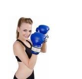 Guantes de boxeo de la mujer hermosa del ajuste que desgastan Imagen de archivo libre de regalías
