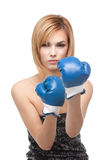 Guantes de boxeo de la mujer que desgastan joven Fotos de archivo