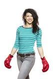 Sonrisa de los guantes de boxeo de la mujer que lleva joven foto de archivo