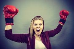 Guantes de boxeo del ganador de la mujer que llevan Fotos de archivo libres de regalías