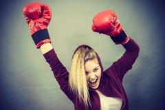 Guantes de boxeo del ganador de la mujer que llevan Fotos de archivo