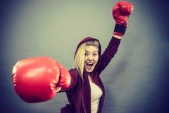 Guantes de boxeo del ganador de la mujer que llevan Imagen de archivo