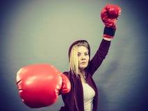 Guantes de boxeo del ganador de la mujer que llevan Fotografía de archivo
