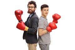 Guantes de boxeo del hombre que llevan y del adolescente Foto de archivo libre de regalías