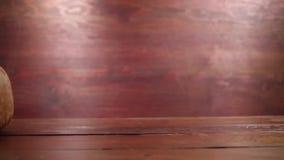 Guantes de boxeo del vintage en la tabla de madera almacen de metraje de vídeo