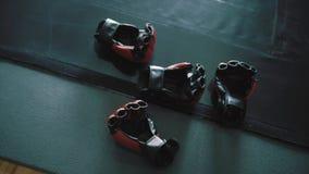 Guantes de boxeo en el piso metrajes