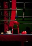 Guantes de boxeo en ring de boxeo Fotos de archivo libres de regalías