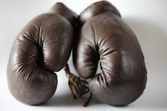 Guantes de boxeo pasados de moda Fotos de archivo