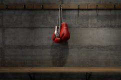 Guantes de boxeo que cuelgan en sitio del cambio fotografía de archivo