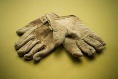 Guantes de cuero viejos del trabajo Fotos de archivo libres de regalías