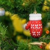 Guantes de la decoración de la Navidad en el árbol de navidad Fondo Nueva Y Fotografía de archivo libre de regalías