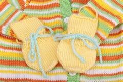 Guantes de lana tejidos a mano del bebé. Imágenes de archivo libres de regalías