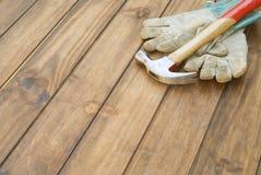 Guantes de las mejoras para el hogar y fondo del martillo Fotografía de archivo libre de regalías