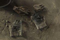 Guantes de trabajo sucios Fotos de archivo libres de regalías