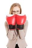 Guantes del boxeador de la mujer que desgastan Foto de archivo