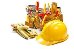 Guantes del casco y herramientas de la construcción en la correa de la herramienta aislada en blanco imagen de archivo libre de regalías