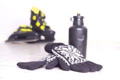 Guantes del invierno y patines de hielo fotos de archivo