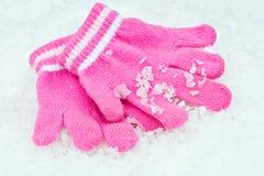 Guantes del niño en la nieve Imagen de archivo libre de regalías