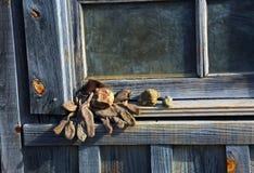 Guantes en ventana del eje de mina Imagen de archivo libre de regalías