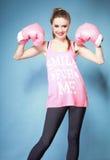 Modelo femenino del boxeador con los guantes grandes del rosa de la diversión Imagenes de archivo