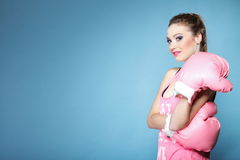 Modelo femenino del boxeador con los guantes grandes del rosa de la diversión Foto de archivo