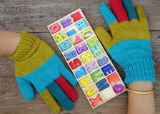 Guantes hechos punto coloridos para el día frío Imágenes de archivo libres de regalías