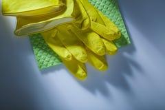 Guantes protectores de limpieza del toallita en la superficie blanca fotos de archivo libres de regalías