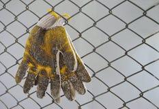 Guantes sucios y foco suave de la malla de alambre en guantes Imagenes de archivo
