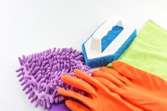 Guantes, Violet Microfiber Cleaner Glove y cepillo de goma Imagen de archivo libre de regalías