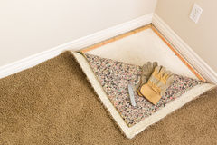 Guantes y cuchillo para uso general en tirados la alfombra y el cojín en sitio Fotografía de archivo