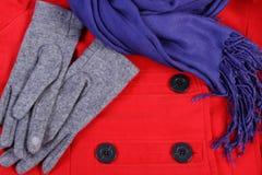 Guantes y mantón de lana para la mujer en fondo rojo de la capa Fotos de archivo