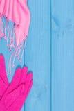 Guantes y mantón de lana para la mujer en tableros, la ropa para el otoño o el invierno, espacio de la copia para el texto Fotos de archivo