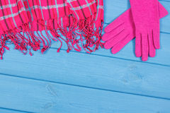 Guantes y mantón de lana para la mujer en tableros, la ropa para el otoño o el invierno, espacio de la copia para el texto Fotografía de archivo libre de regalías