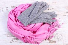 Guantes y mantón de lana para la mujer en viejo fondo de madera Foto de archivo libre de regalías