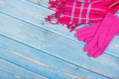 Guantes y mantón para la mujer en tableros, la ropa para el otoño o el invierno, espacio de la copia para el texto Imágenes de archivo libres de regalías