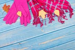 Guantes y mantón para la mujer en viejos tableros, la ropa para el otoño o el invierno, espacio de la copia para el texto Fotos de archivo libres de regalías