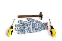 Guantes y martillo del funcionamiento de la construcción en el fondo blanco imagen de archivo