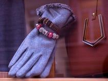 Guantes y pulseras femeninos Foto de archivo