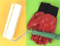 Guantes y rodillo de pintura Imagen de archivo