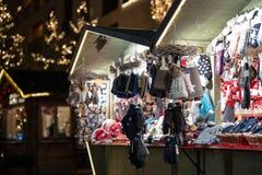 Guantes y sombreros en cabina del mercado de la Navidad en el sur el Tyrol del merano durante noche fotos de archivo libres de regalías