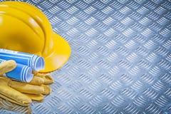 Guanti blu di sicurezza del casco dei disegni di ingegneria su metallo scanalato in Immagine Stock